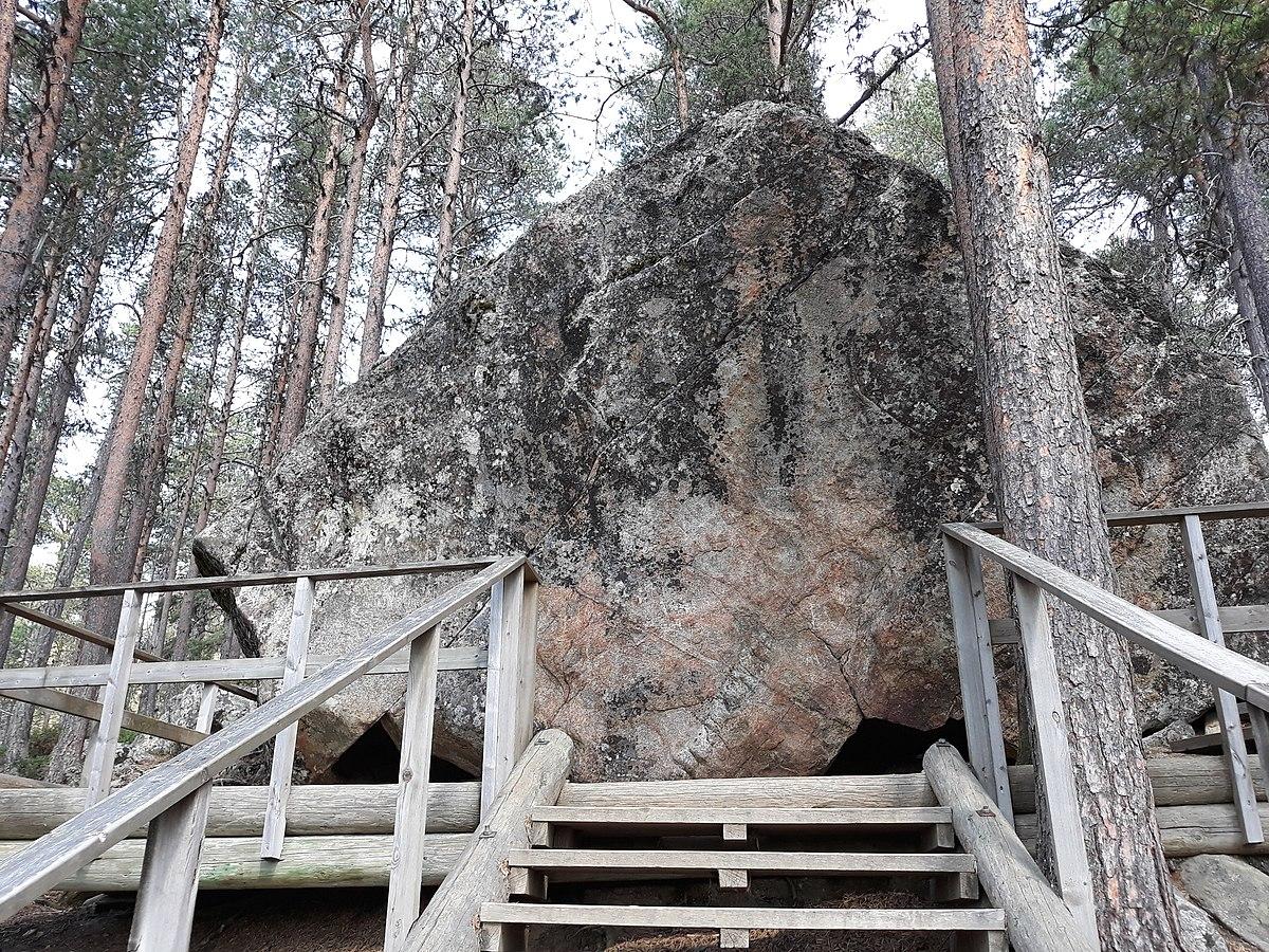 1200px-Karhunpesäkivi_1